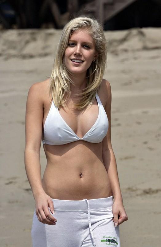 Heidi Montag in bikini bianco in spiaggia