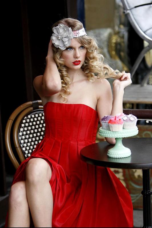 Taylor Swift in rosso per un servizio fotografico