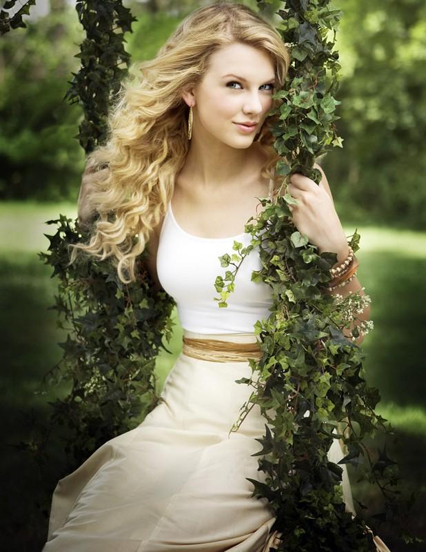 Taylor Swift su un'altalena d'edera