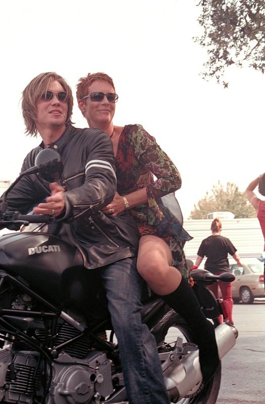 Jamie Lee Curtis e Chad Michael Murray in una scena in moto nel film Quel pazzo venerdì