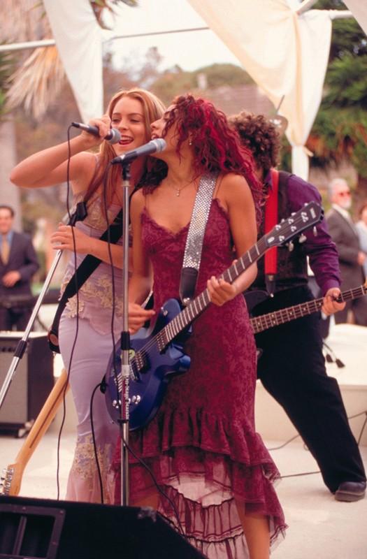 Lindsay Lohan e Christina Vidal cantano sul palco in una scena del film Freaky Friday
