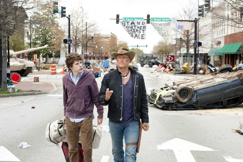 Jesse Eisenberg e Woody Harrelson in un'immagine del film Zombieland