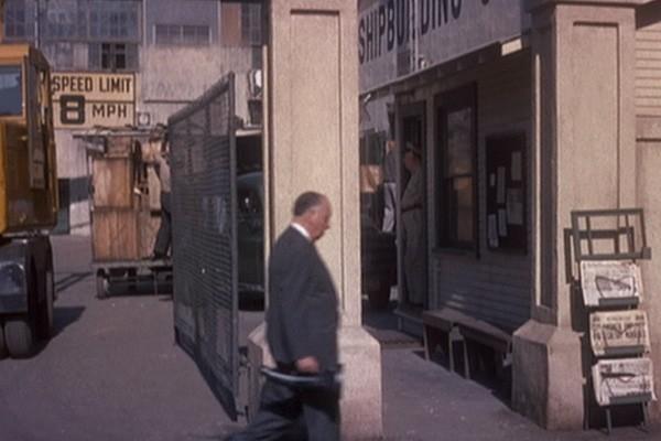 Alfred Hitchcock in una scena del film La donna che visse due volte (1958 )