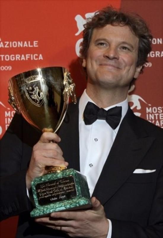 Colin Firth con la Coppa Volpi per la miglior interpretazione in A Single Man alla 66 mostra di Venezia