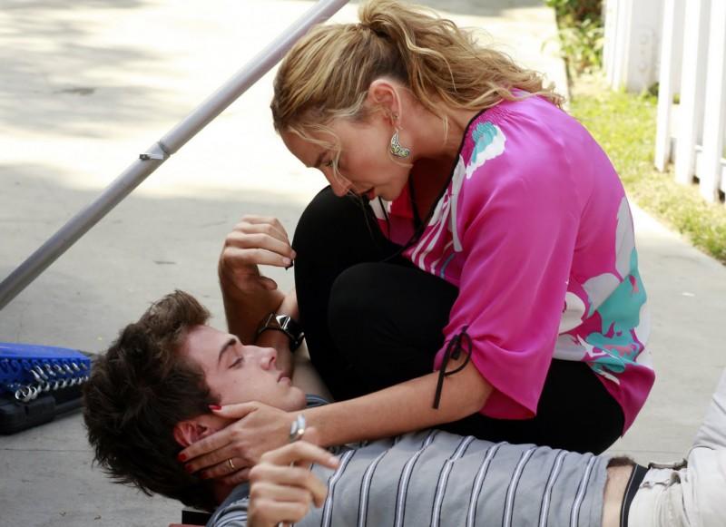 Desperate Housewives: Drea De Matteo con Beau Mirchoff in Never Judge a Lady by Her Lover, episodio 3 della sesta stagione