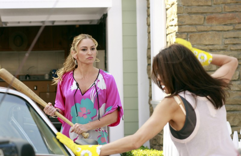 Desperate Housewives: Drea De Matteo e Teri Hatcher (di spalle) in Never Judge a Lady by Her Lover, episodio 3 della sesta stagione