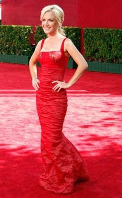 Emmy Awards 2009: Angela Kinsey è una delle tante 'signore in rosso' della serata
