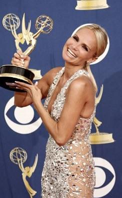 Emmy Awards 2009: una raggiante Kristin Chenoweth con il premio ricevuto per Pushing Daisies