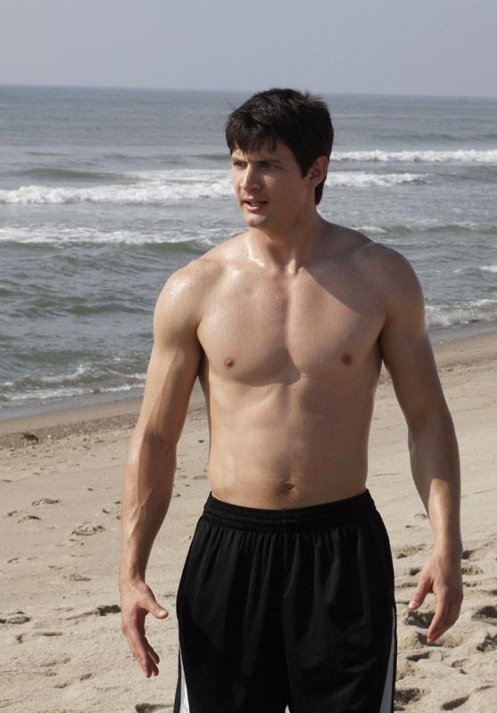 James Lafferty a petto nudo in spiaggia nell'episodio What Are You Willing to Lose di One Tree Hill