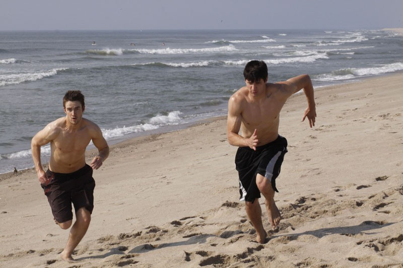 James Lafferty e Robert Buckley in spiaggia nell'episodio What Are You Willing to Lose di One Tree Hill