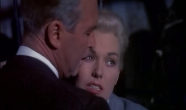 James Stewart accanto a Kim Novak in una scena del film La donna che visse due volte (1958 )