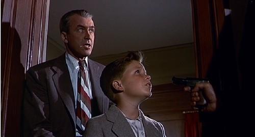 James Stewart e Christopher Olsen in una scena del film L'uomo che sapeva troppo (1956)
