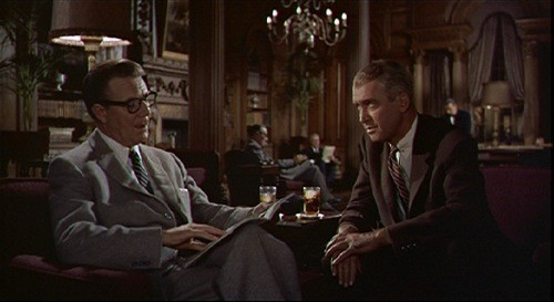 James Stewart e Tom Helmore in una scena del film La donna che visse due volte ( 1958 )
