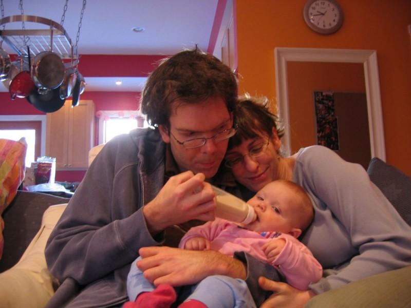 Jason, Monica e la piccola Ellie in un'immagine del documentario Il silenzio prima della musica