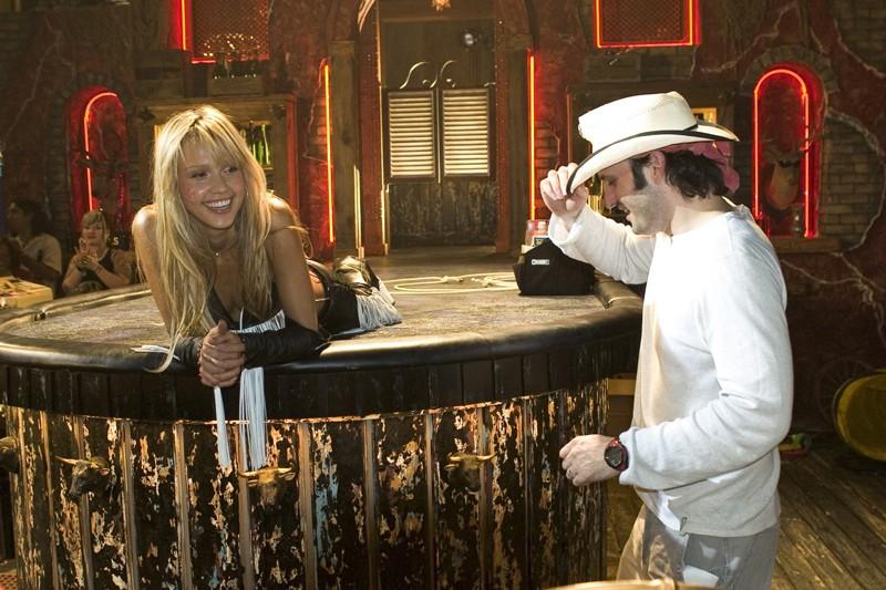 Jessica Alba e il regista Robert Rodriguez sul set del film Sin City