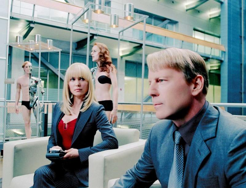 Radha Mitchell e Bruce Willis in una scena del film Il mondo dei replicanti