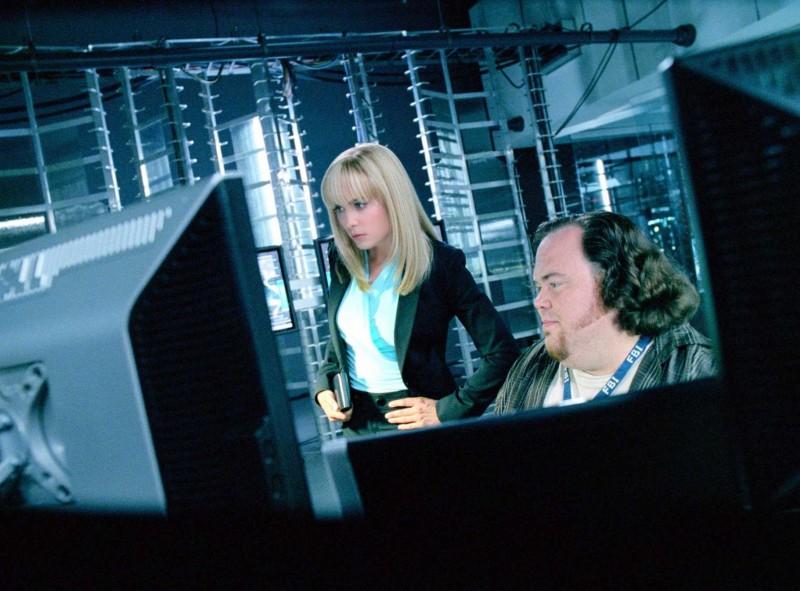 Radha Mitchell e Devin Ratray in una scena del film Il mondo dei replicanti