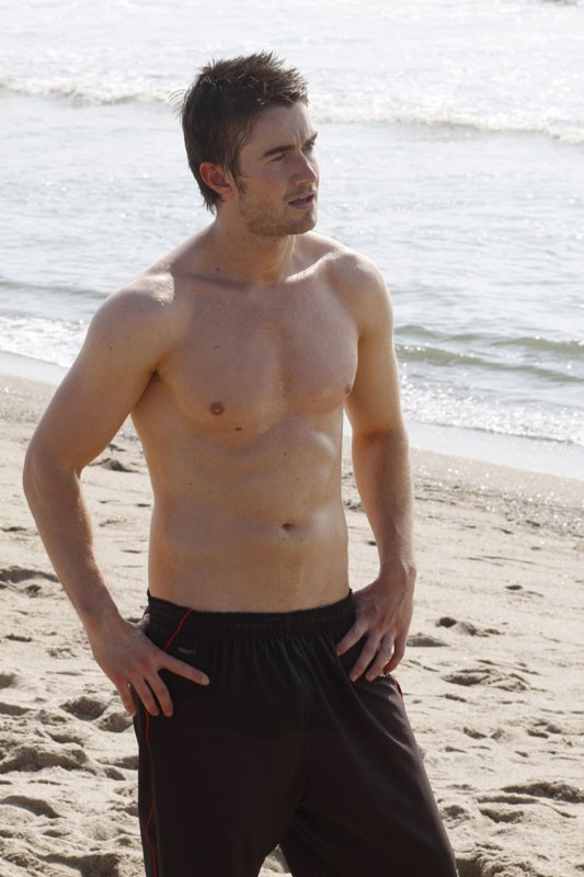 Robert Buckley in spiaggia nell'episodio What Are You Willing to Lose di One Tree Hill
