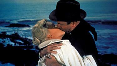 Un bacio appassionato tra James Stewart e Kim Novak nel film La donna che visse due volte ( 1958 )