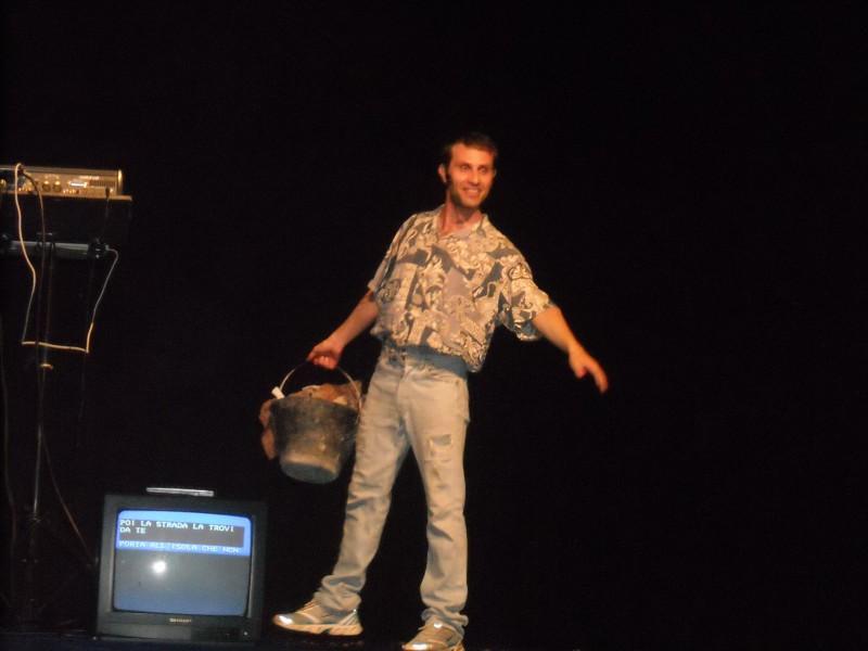 Vincenzo Palazzo durante una performance