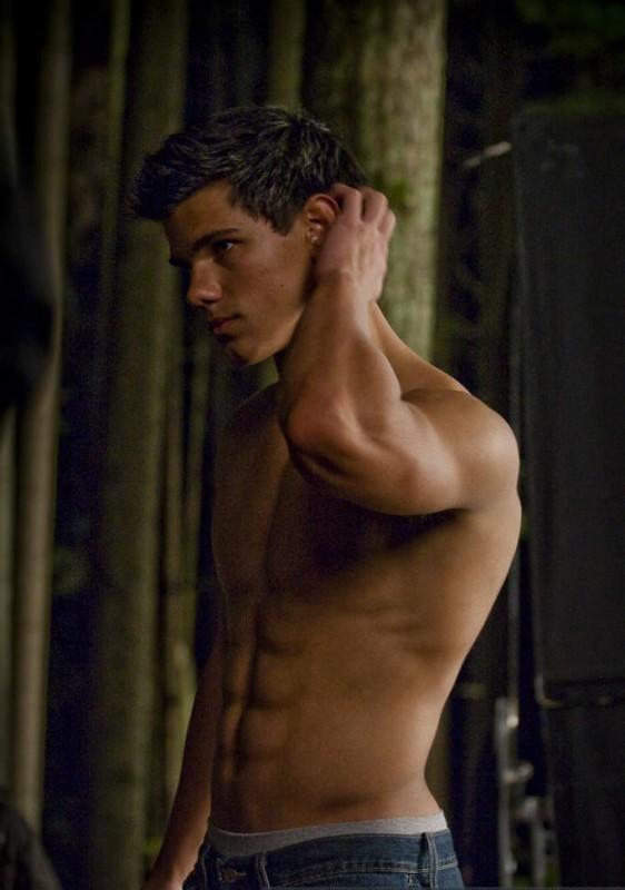 Addominali in vista e un fisico costruito in palestra per Taylor Lautner sul set di The Twilight Saga: New Moon in una foto di David Strick