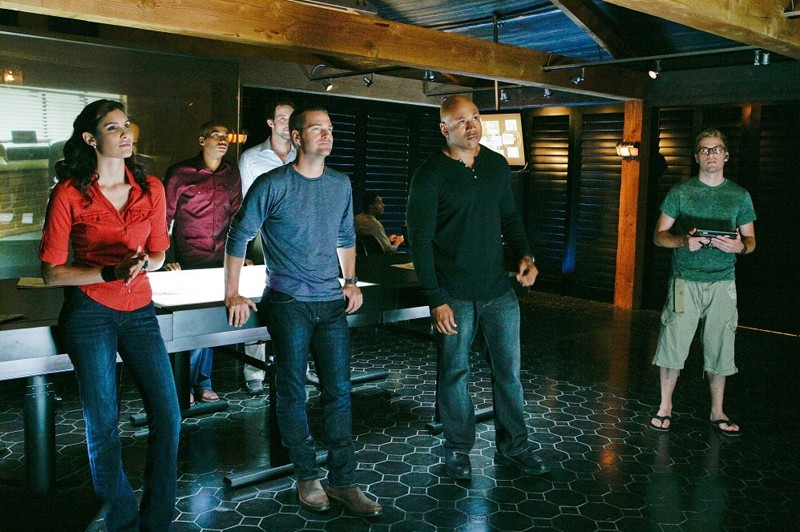 Daniela Ruah, Chris O'Donnell, LL COOL J e Barrett Foa in una scena dell'episodio Pilota di NCIS: Los Angeles