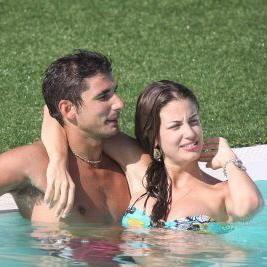 Francesca Fioretti e Ferdi Berisa in piscina a Porto Cervo