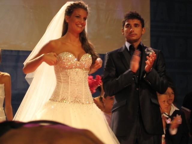 Francesca Fioretti e Ferdi Berisa sfilano vestiti da sposi a Pesaro