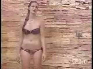 Francesca Fioretti sotto la doccia durante il GF9