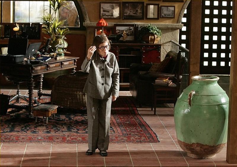 Henrietta 'Hetty' Lange (Linda Hunt) nel suo studio nell'episodio Pilota della serie NCIS: Los Angeles