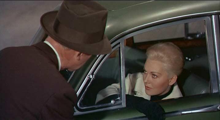 James Stewart e Kim Novak in una scena del film La donna che visse due volte ( Vertigo, 1958 )