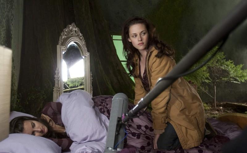 Kristen Stewart accanto alla sua controfigura (distesa sul letto) sul set di New Moon, secondo capitolo della saga di Twilight.