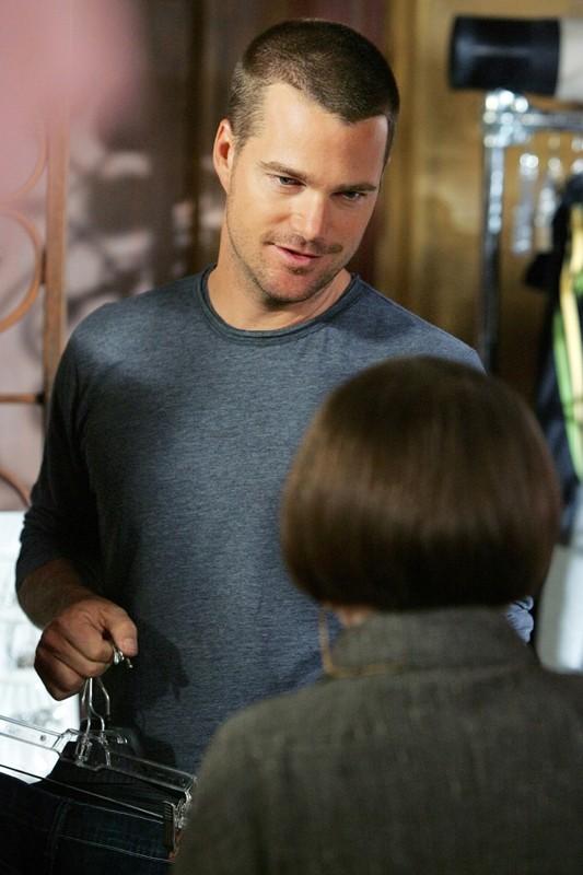 L'agente speciale G. Callen (Chris O'Donnell) parla con Hetty (Linda Hunt) in una scena della serie NCIS: Los Angeles