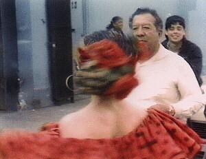 Madonna (di spalle) e un giovanissimo e sconosciuto Benicio Del Toro (sullo sfondo) nel video de La Isla Bonita.