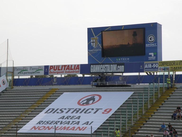 Posti riservati ai non umani: una simpatica trovata promozionale organizzata per il film District 9 allo stadio Tardini durante l'incontro tra il Parma e il Palermo.