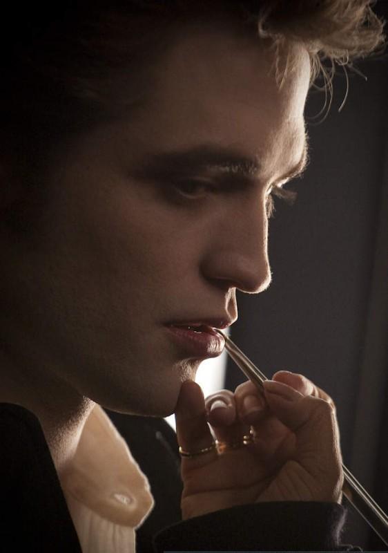 Ritocco al make-up per Robert Pattinson sul set di The Twilight Saga: New Moon