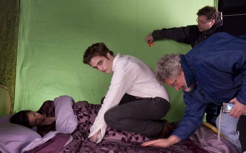 Robert Pattinson accanto a Kristen Stewart sul set di New Moon, secondo capitolo della saga di Twilight.