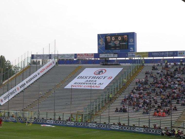 Simpatica trovata promozionale organizzata per il film District 9 allo stadio Tardini durante l'incontro tra il Parma e il Palermo.