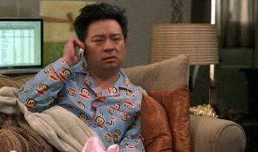 un influenzato Lloyd (Rex Lee) in una scena dell'episodio Berried Alive della sesta stagione di Entourage