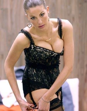 Una sexy Francesca Fioretti in lingerie nera, si prepara alla prova durante un serale del Grande Fratello 9