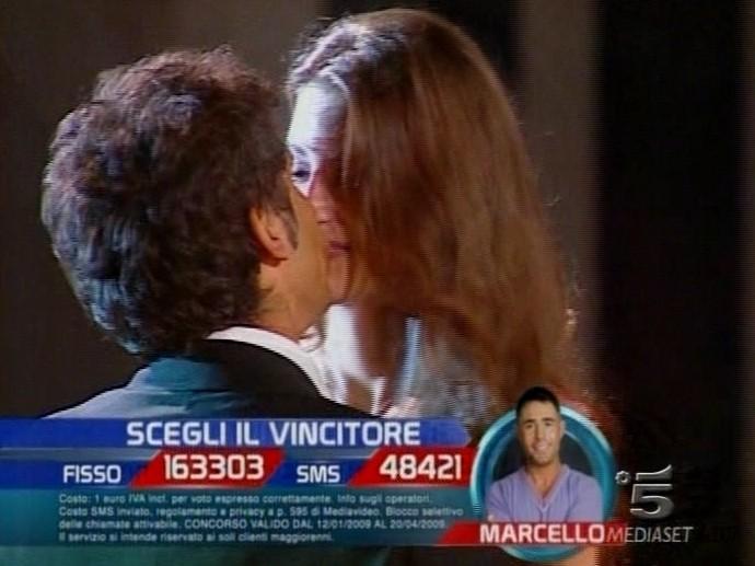 Francesca Fioretti bacia Ferdi Berisa durante il ballo finale del GF9