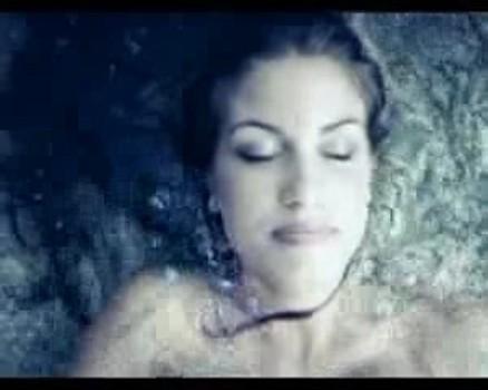 Francesca Fioretti è la protagonista del videoclip Piove di Alex Britti