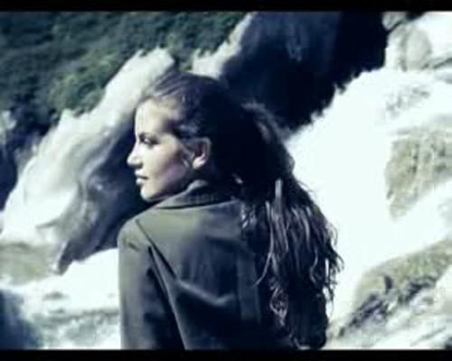 Francesca Fioretti nel video Piove di Alex Britti,  girato in Svizzera