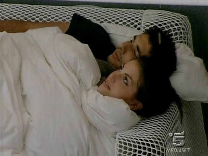 GF 9: Francesca e Ferdi sotto le coperte in un giorno di pioggia durante la permanenza nella casa