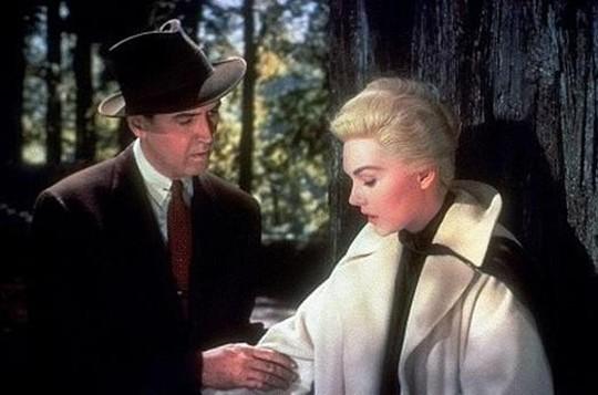 James Stewart e Kim Novak in una scena de La donna che visse due volte ( Vertigo, 1958 )
