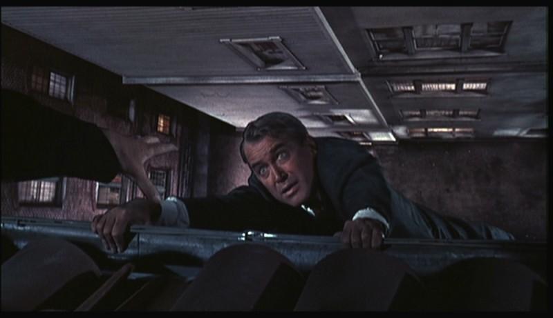 James Stewart rischia di precipitare in una scena del film La donna che visse due volte ( 1958 )
