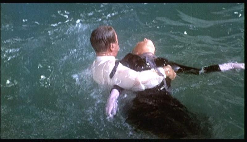 James Stewart soccorre Kim Novak in una scena del film La donna che visse due volte ( 1958 )