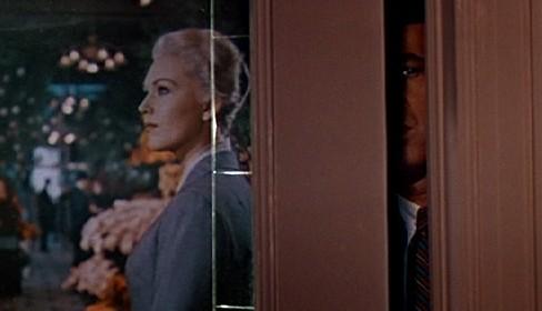 James Stewart spia Kim Novak in una scena de La donna che visse due volte ( 1958 )