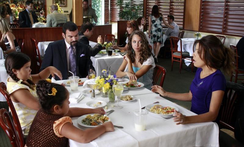 Desperate Housewives: la famiglia Solis in Never Judge a Lady by Her Lover, terzo episodio della sesta stagione