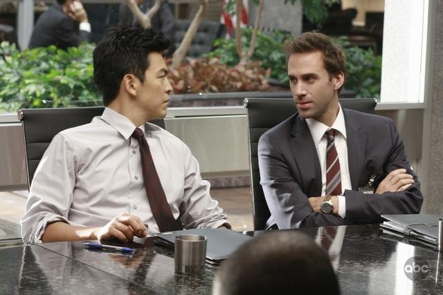 Joseph Fiennes e John Cho in una scena dell'episodio White To Play di FlashForward